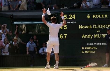 Andy Murray festeggia la vittoria di Wimbledon su Novak Djokovic al Centre Court (Photo Clive Brunskill/Getty Images)