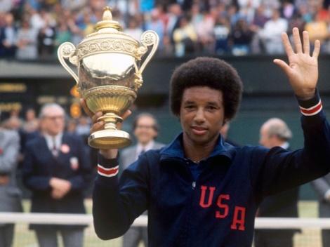 Arthur Ashe festeggia dopo aver sconfitto Jimmy Connors nella finale di Wimbledon nel 1975