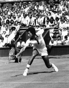 Arthur Ashe impegnato nel contro primo turno di Wimbeldon, il 14 giugno 1975, contro Bob Hewitt  (foto David Ashdown/Keystone/Getty Images)