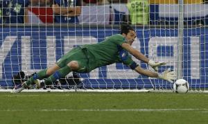 Buffon neutralizza il penalty di Ashley Cole nei quarti di finale di Euro 2012 (foto LaPresse)