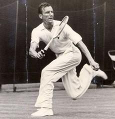 Tutta l'eleganza di Fred Perry in una partita di Wimbledon 1936, da lui vinto, ultimo tra i britannici fino a ieri (Photo dailymail.co.uk)