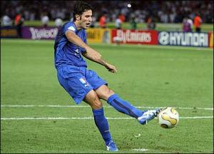 Fabio Grosso calcia il rigore che regala il titolo mondiale all'Italia