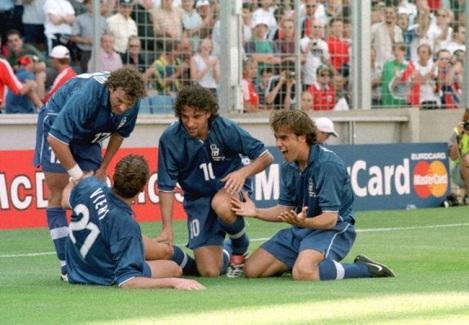 Uno dei momenti più alti della carriera di Christian Vieri: l'esultanza al gol vittoria contro la Norvegia agli ottavi di finale di Francia '98. A festeggiarlo, da sinistra, Moriero, Del Piero e Cannavaro.