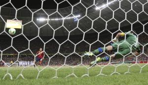 Xavi spiazza Buffon giovedì scorso durante la semifinale di Confederations Cup (AP Photo/Antonio Calanni)