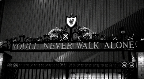 """You'll never walk alone"", l'inno del Liverpool, inciso anche sullo Shankly Gates, uno dei cancelli di ingresso dello stadio di Anfield (Foto Tom Bradnock)"