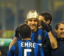 """Vieri incoronato """"Re"""" dai compagni dell'Inter quando nel 2004 mise a segno il gol numero 100 in maglia nerazzurra (Foto Reuters)"""