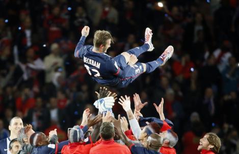 19 maggio 2013: David Beckham celebrato dagli allora compagni di squadra del Paris Saint Germain, dice addio al calcio