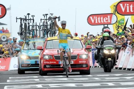 Vincenzo Nibali celebra la vittoria alla 18esima tappa del Tour 2014, la Pau-Hautacam, decisiva per il trionfo finale (pic: Sirotti)