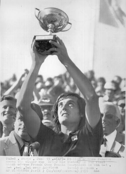 Adriano Panatta solleva il trofeo del Roland Garros 1976