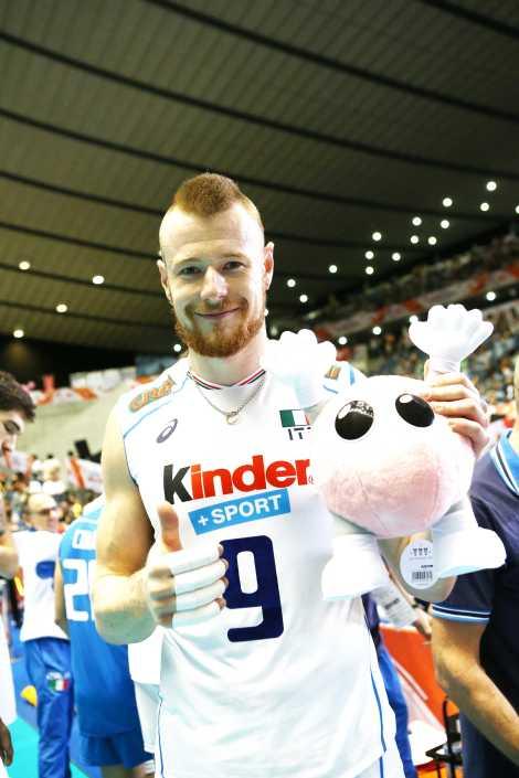 Zaytsev festeggia con il premio di miglior giocatore della partita (foto FIVB)