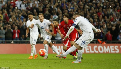 Lo storico rigore con cui Wayne Rooney ha superato Bobby Charlton, diventando il miglior marcatore di sempre della nazionale inglese (foto Reuters)