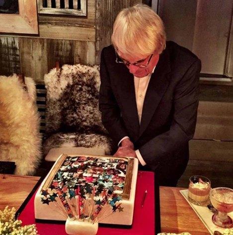 Bernie Ecclestone taglia la torta di compleanno preparata dalla figlie Tamara e Petra