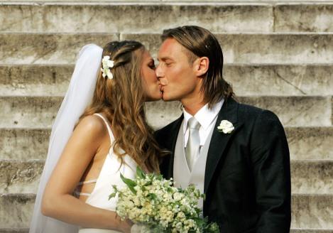 19 giugno 2005: Francesco Totti giura amore eterno ad Ilary Blasi (foto Andrea Solaro/AFP/Getty Images)