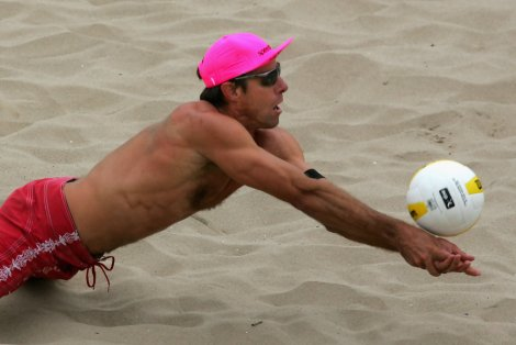 Karch Kiraly impegnato in un'azione di beach volley a Hermosa Beach, in California, il 19 maggio del 2007 (Jeff Gross/Getty Images Sport)