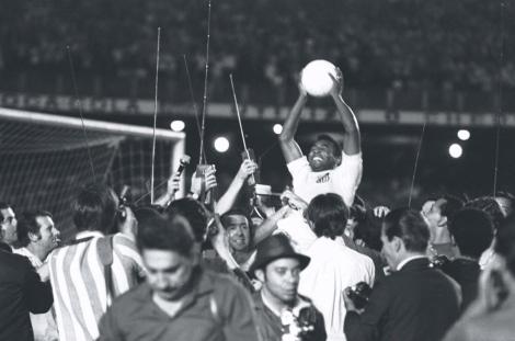 Pelé portato in trionfo dopo aver segnato il millesimo gol in carriera