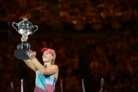 Angelique Kerber alza al cielo la coppa della vincitrice degli Australian Open 2016 (foto www.ubitennis.com)