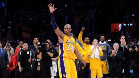 Kobe Bryant saluta il suo pubblico, allo Staples Center di Los Angeles, al termine della sua ultima partita in carriera (Photo by www.latimes.com)