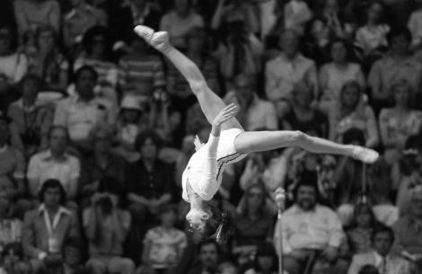 Quando la Romania era leggenda nella ginnastica artistica: Nadia Comaneci durante la prova alla trave delle Olimpiadi di Montreal del 1976 (AP Photo/Stephanie Maze)