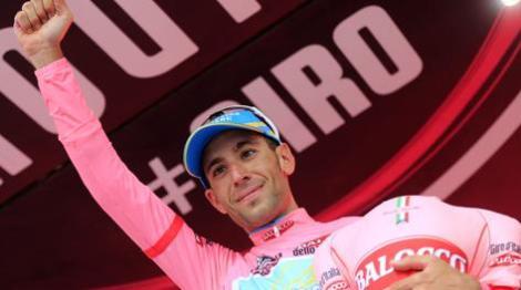 Nibali festeggia con la maglia Rosa. Saprà riprendersela? (foto Gazzetta.it)