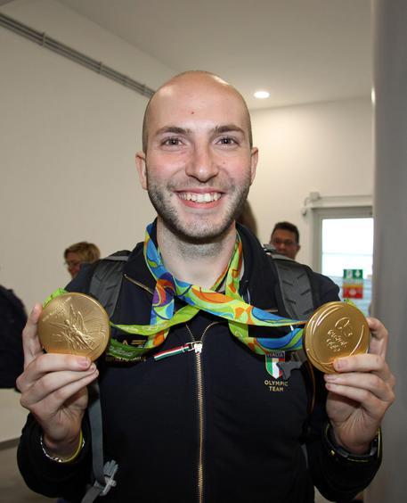 Niccolò Campriani con i due ori vinti a Rio: è lui il protagonista azzurro delle Olimpiadi 2016 (foto ANSA/TELENEWS)