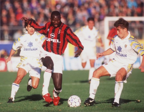 George Weah con la maglia del Milan mentre affronta un giovane Fabio Cannavaro. E' un Parma-Milan della Serie A 1995-96, giocata il 13 novembre 1995 (Photo Allsport)