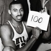 La storica foto in cui Wilt Chamberlain festeggia la gara dei 100 punti