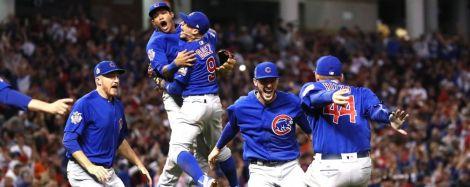 I giocatori dei Chicago Cubs festeggiano: hanno riportato il titolo a Wrigley Field dopo 108 anni (foto Ezra Shaw/Getty Images)