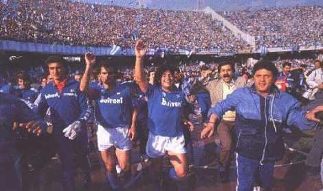 Alla fine di Napoli-Fiorentina 1-1, Maradona festeggia il primo Scudetto dei partenopei